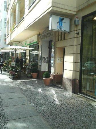 Hotel Art Nouveau: entrata dell'albergo