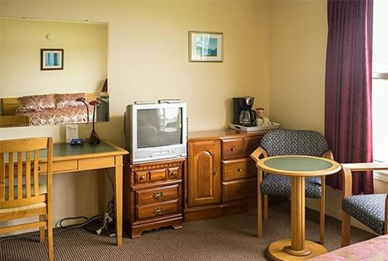 St Ann's Motel & Cottage: Desk and other facilities
