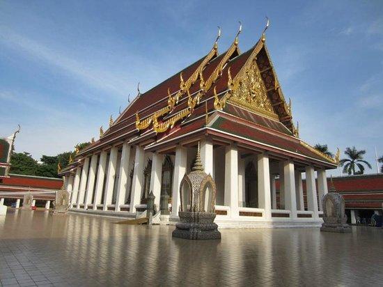 ibis Styles Bangkok Khaosan Viengtai : typischer Thai Tempel ein paar Strassen weiter