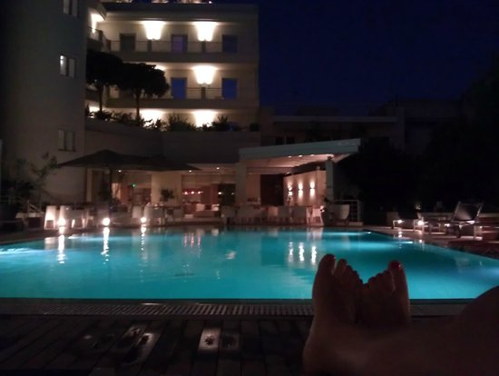 Elefsina Hotel: Swimming pool at night