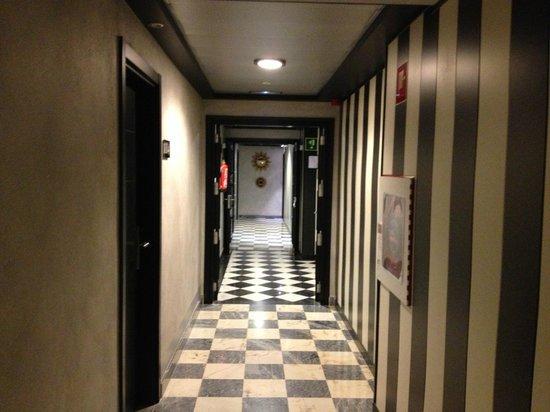 Salles Hotel Aeroport Girona : corridoio per le camere