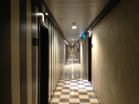 Salles Hotel Aeroport Girona : corridoio verso le camere