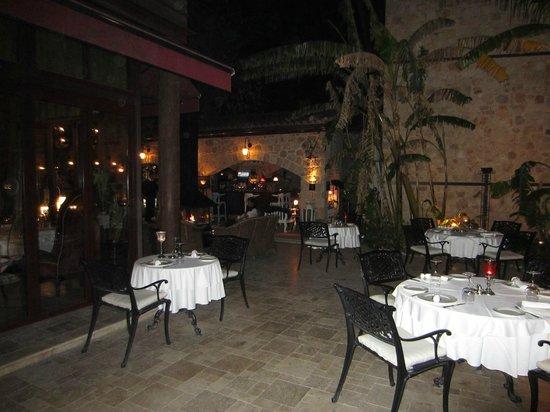 Tuvana Hotel: udendørs spisning