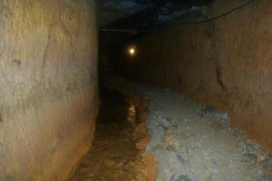 Historic Relic Sado Gold Mine: 坑道から湧出る水を排水している南沢疎水坑