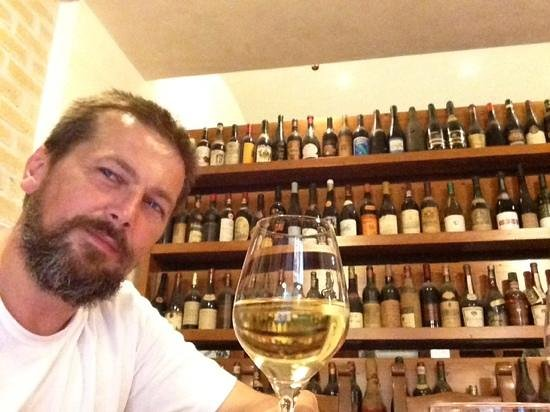 Hotel Willy: Винотека.
