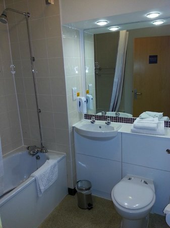 Premier Inn Manchester West Didsbury Hotel: Bathroom