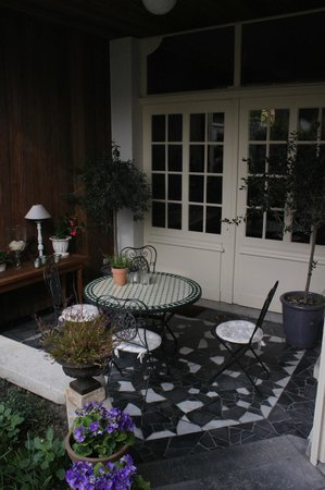 La Porte Cochere : Outside Seating Area