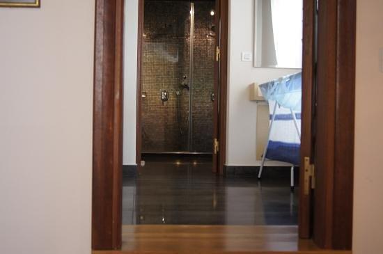 Rodos Niohori Elite Suites Boutique Hotel: вид из спальни на ванную и гардеробную