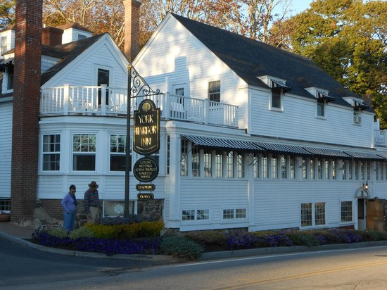 York Harbor Inn: The front of the Inn