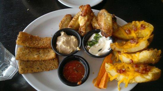 TGI Fridays: Three for all PENOSO!! Las alitas de pollo grasosas y sin salsa. Faltó el queso azul y espárrag