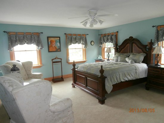 Bear Creek Farm Bed and Breakfast: Captain's Room...with fireplace!