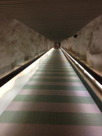 Hilton Helsinki Kalastajatorppa: Access tunnel to the swiiming pool and beach