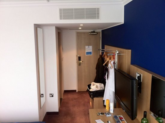 Park Inn by Radisson Northampton: Room 415. Hanging poles as opposed to wardrobes. Works fine tho