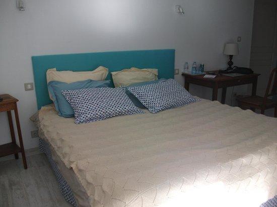 La Villa - Bordeaux Chambres d'Hôtes : Very comfortable bed in Mauriac