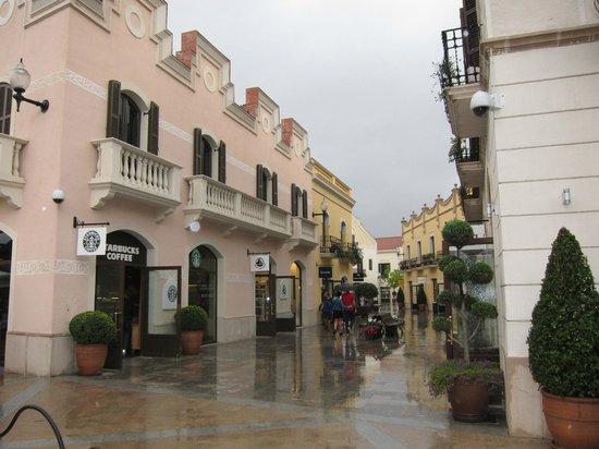 La Roca Village: Street view