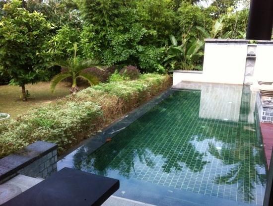Renaissance Sanya Resort & Spa: villa's other side of the L shape pool