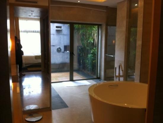 Renaissance Sanya Resort & Spa: villa master bathroom