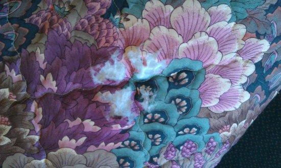 Knights Inn Urbana Champaign: Hole in bedspread
