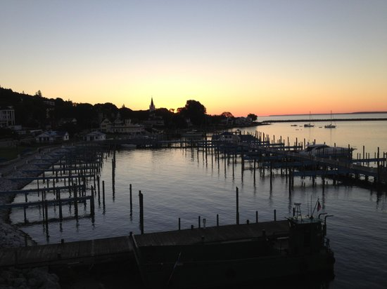 Chippewa Hotel Waterfront : Sunrise from our room balcony