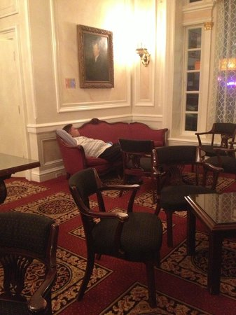 Beresford Arms: Check-in desk attendant sleeping at 5pm in the afternoon!
