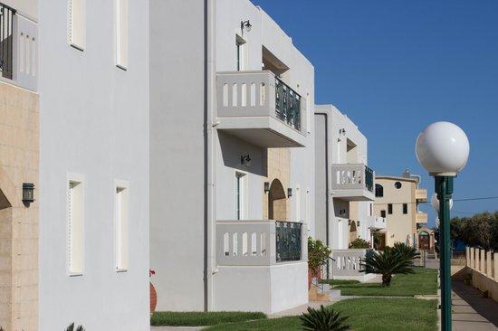 Mediterranean Studios Apartments: Blick auf die Studios + Richtung Meer