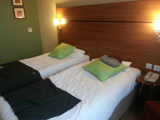 Campanile Glasgow Airport: twin room