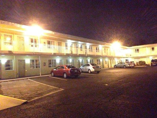 Days Inn Arlington/Washington DC: Parking intérieur de nuit