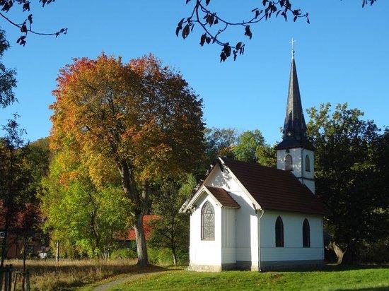 Kleinste Holzkirche Deutschlands: Kleine Holzkirche Elend auf der Kirchwiese im Herbst