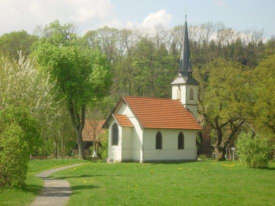 Kleine Holzkirche Elend im Frühjahr