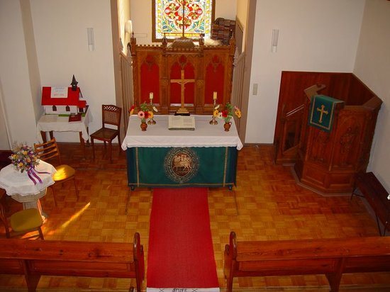 Innenraum der kleinen Holzkirche in Elend