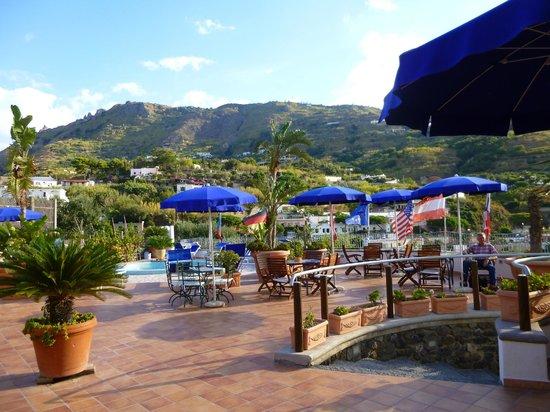 Hotel Belvedere : Blick vom Eingang des Hotels auf den kleinen Thermal-Pool