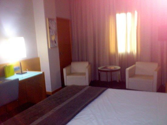 Hotel Silken Siete Coronas: Mesita y sillones de la habitación