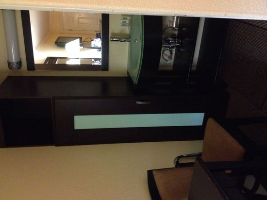 Quality Inn University : Separate vanity area