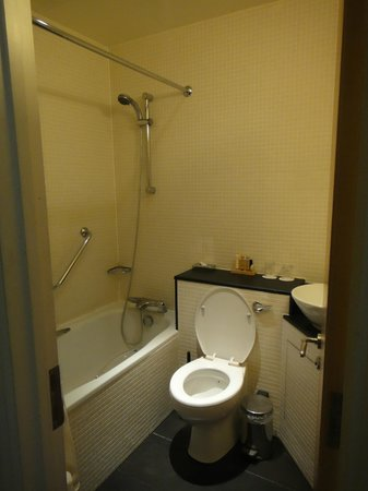 Kensington House Hotel: bath room