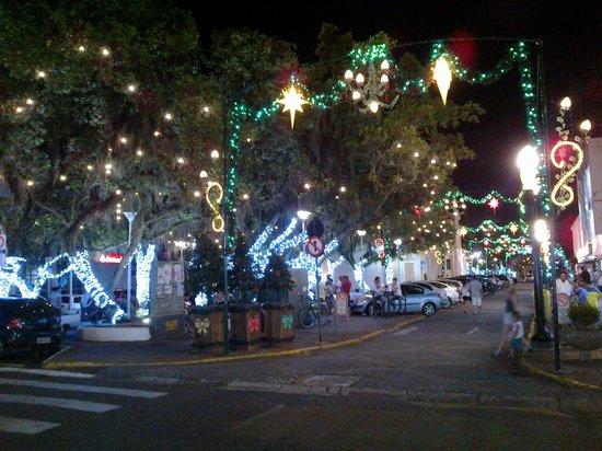 Itajai, SC: Ruas ao redor decoradas para o natal
