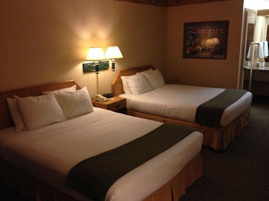 The Redwood Riverwalk Hotel: Double queen