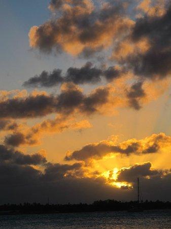 Pension Hotu: coucher de soleil devant la pension