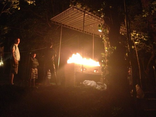 River Garden Resort & Camp Site: Camp fire & BBQ