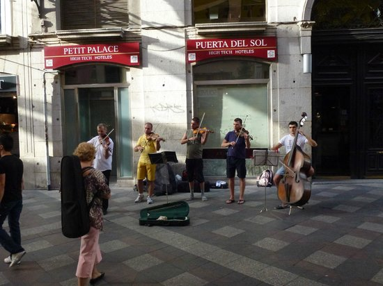 Petit Palace Puerta Del Sol: Live music in front of the hotel
