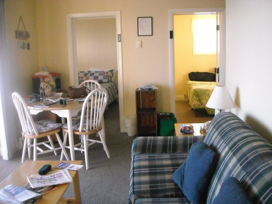 The Garlands : Living room, dining and 2 bedrooms