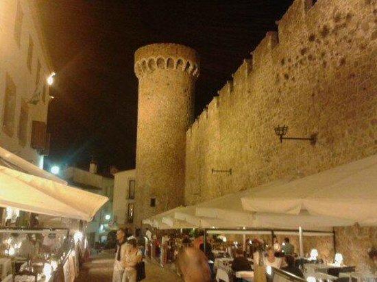 Hotel GHT Costa Brava: castle at night