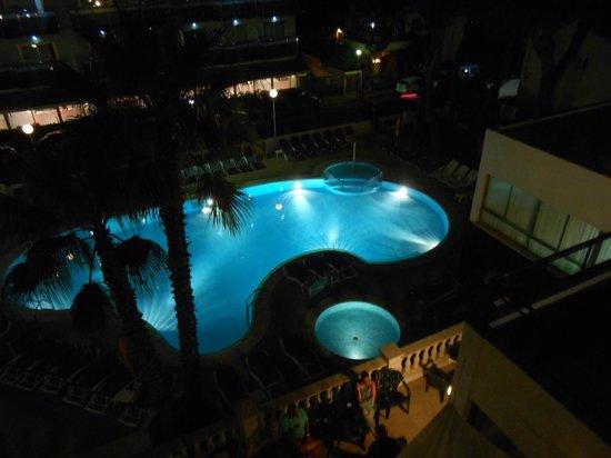 Hotel GHT Costa Brava: hotel pool by night