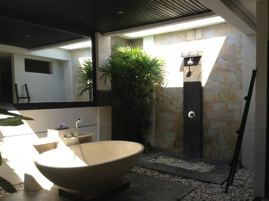 Tonys Villas & Resort: Villa bathroom