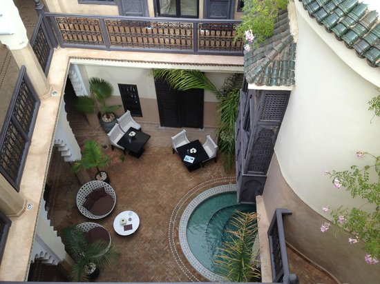 Riad Ambre et Epices : Looking down from the roof terrace
