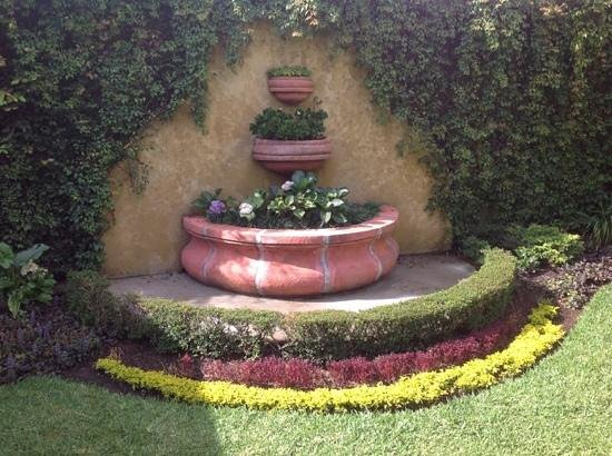 Hostal Villa Toscana: fountain turned beautiful planter 10/4/2013