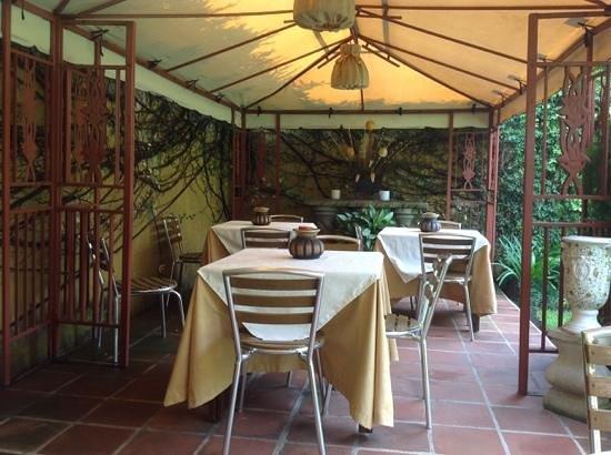 Hostal Villa Toscana: outdoor seating area 10/4/2013