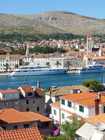 House Bakica: uitzicht op boulevard van Trogir