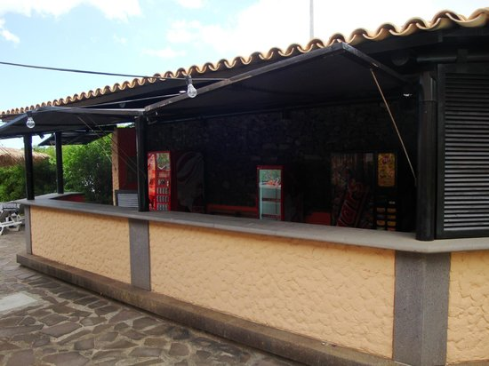 Dom Pedro Garajau: The so-called snack bar at the pool (three vending machines)