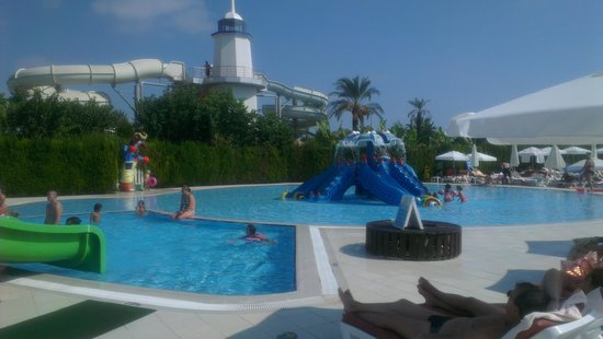 Miracle Resort Hotel: Kids pool - you would never know they were there!!