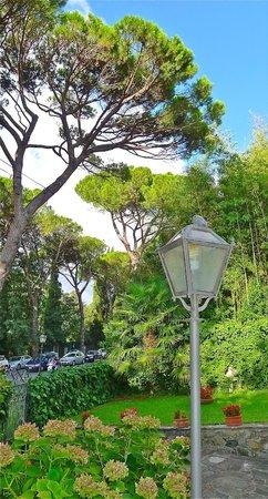 Casa di Mina: Overlooking front garden